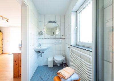Bad mit Waschbecken und WC