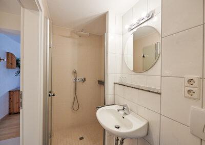 WC und bodenebene Dusche zu Zimmer 2