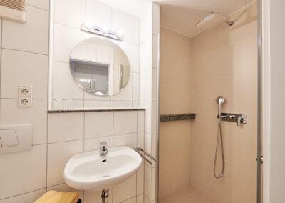 WC und bodenebene Dusche zu Zimmer 1